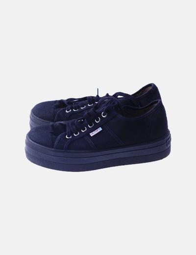 Sneaker negra plagtaforma