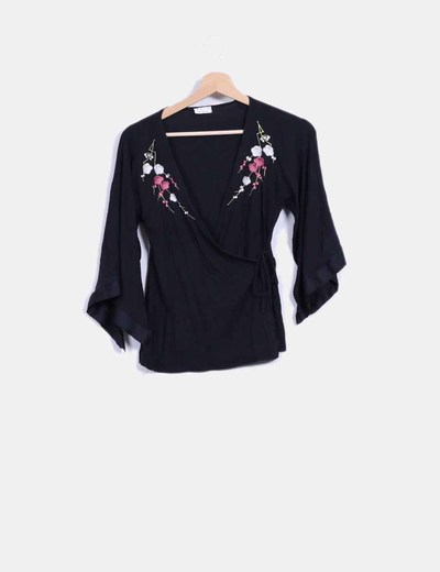 Top negro floral cruzado Arcoiris