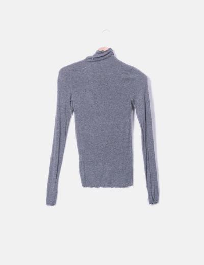 Camiseta gris detalles plisados