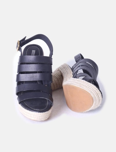 Sandalia de tiras negras con tacon de esparto