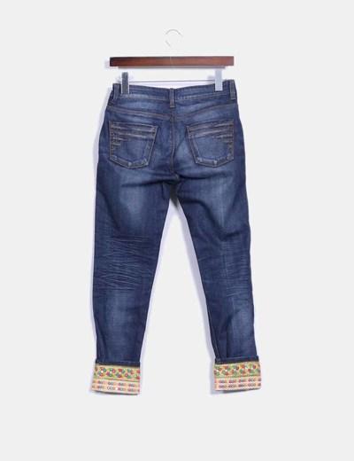 Pantalon vaquero con bajos de abalorios