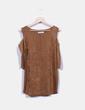 Camiseta camel antelina con hombro descubierto Dodo