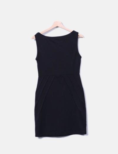 Vestido negro de tirantes detalles plisados