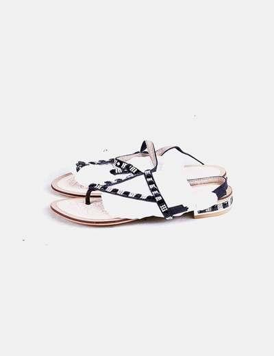 Sandalias negras acharoladas con pedrería