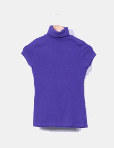 Camiseta morada con cuello vuelto Zara