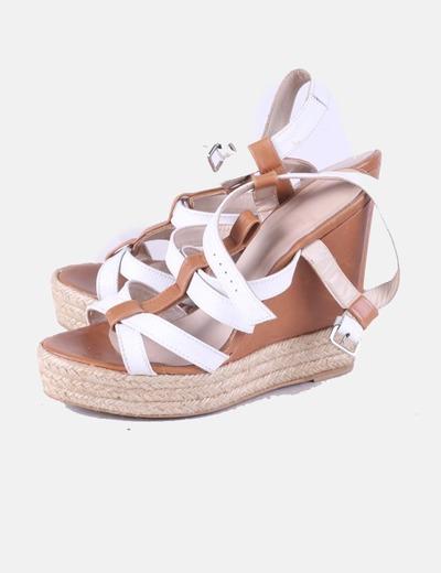 Sandalia marrón y blanca con tacón