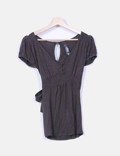 Camiseta marrón oscuro escote pico con lazo Zara