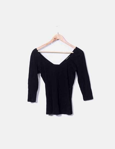 Camiseta negra cuello amplio Bershka