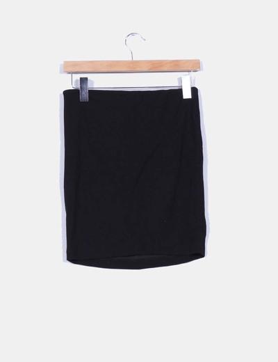 Falda negra ajustada detalle fruncido lateral