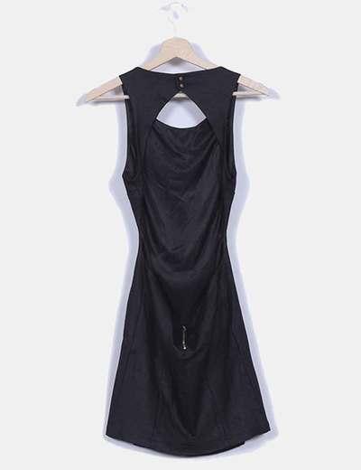 Vestido negro con escote trasero