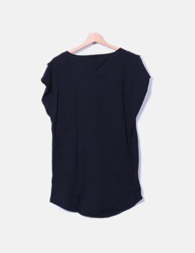 Camiseta negra de manga corta con bordado etnico desflecado