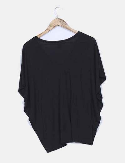 Camiseta negra con manga mariposa