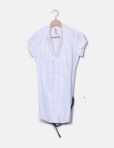 Camisa blanca con cinto