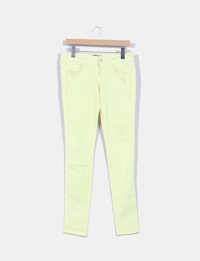 Pantalón pitillo  amarillo lima detalles tachuelas bolsillos Bershka