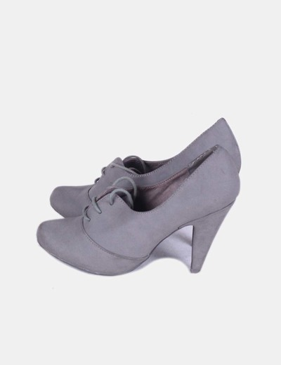 Zapato gris abotinado con cordones Bershka
