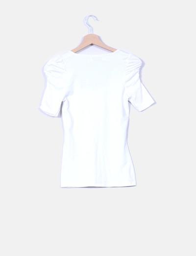 Camiseta blanca con mangas abullonadas