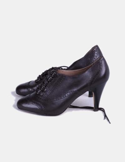 Zapato de tacón marrón abotinado