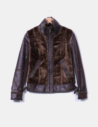 Chaquetón marrón combinado con pelo Pull&Bear