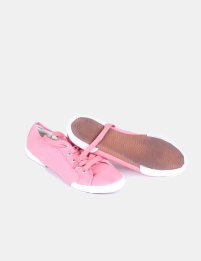 Zapatillas rosas detalle agujeros