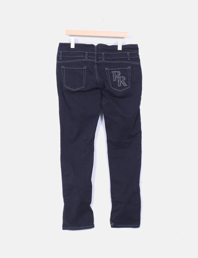 Pantalon negro con detalle en bolsillo trasero