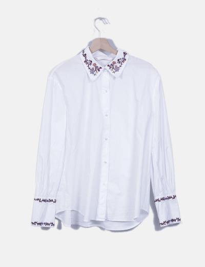 Camisa blanca cuello bordado floral