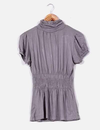 Camiseta gris con cuello cisne de manga corta Zara