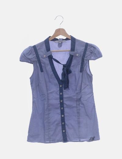 Camisa azul detalle lazo