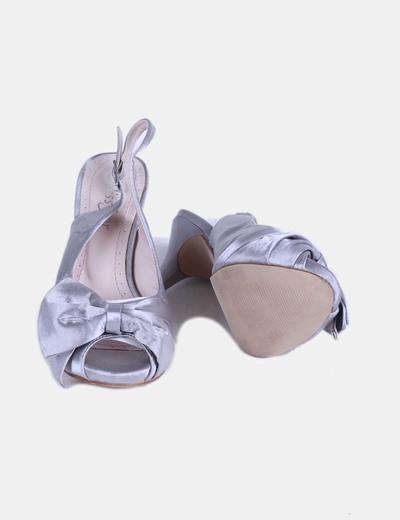 Sandalia plateada destalonada con lazo