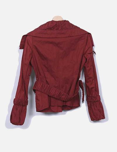 Chaqueta roja con cuello fruncido