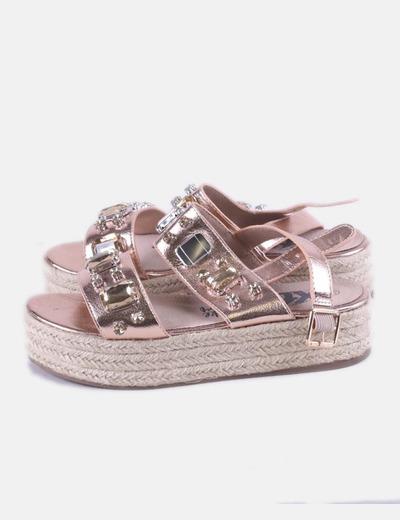 Sandalia rosa con abalorios