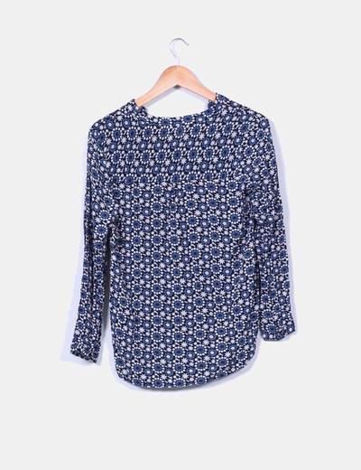 Blusa azul floreada