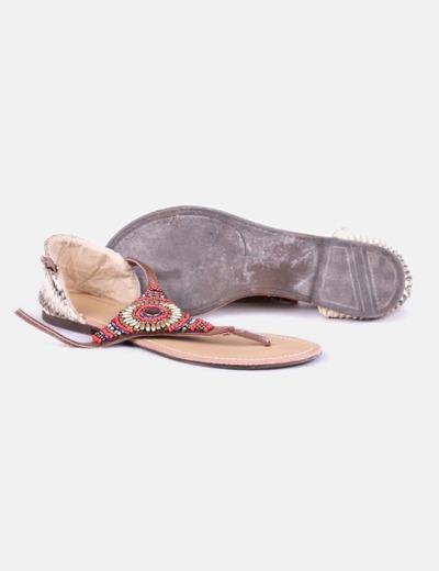 Sandalias planas con abalorios
