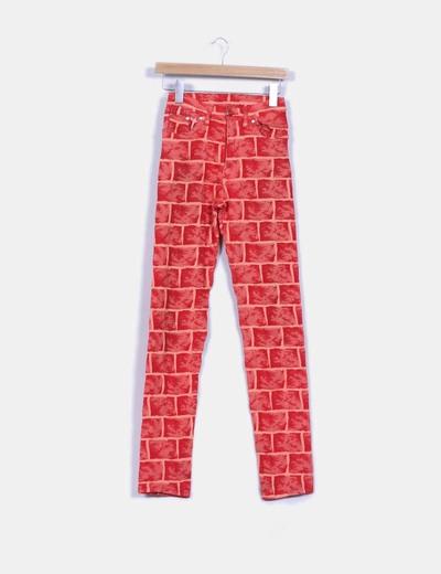 Pantalón texturizado estampado en tonos rojos NoName