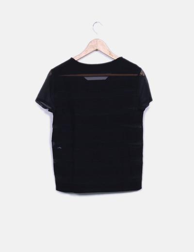Camiseta negra con transparencias