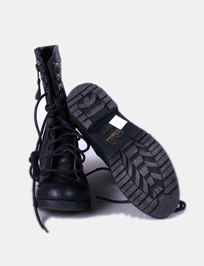 Bota negra con cordones