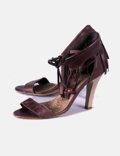 Sandalia de tacón marrón combinada con flecos Mustang