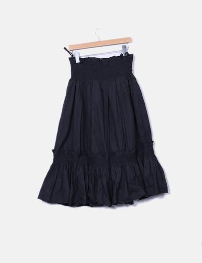 Falda negra abombada con bordado floral