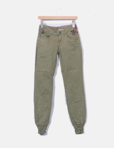 Pantalón verde con bordados