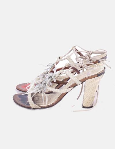 Sandalia de tacón texturizada