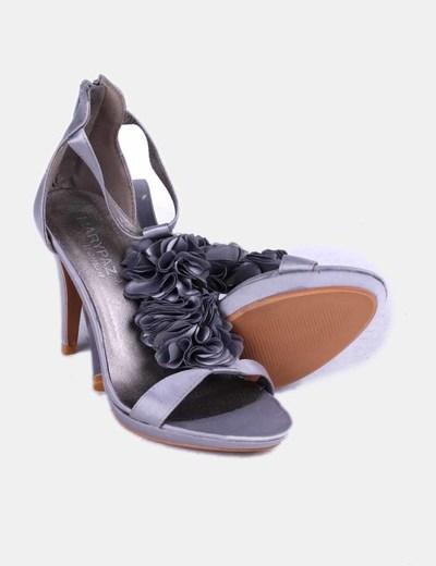 Zapato gris satinado con rosetones