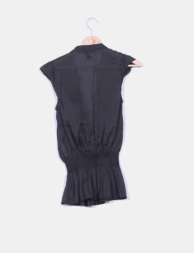 Blusa negra fluida con chorrera