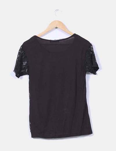 Camiseta negra con encaje