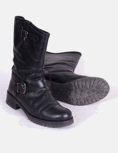 Botas negras con hebilla lateral