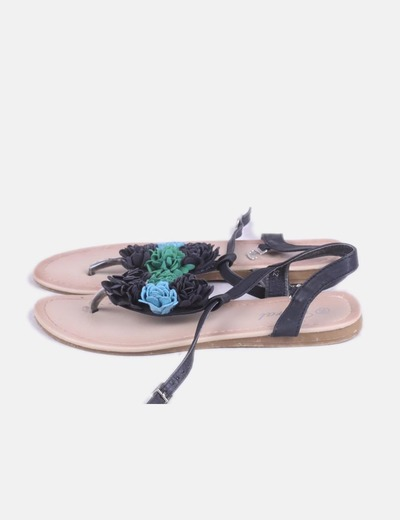 Sandalia negra con flores