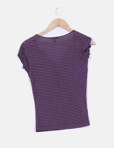 Camiseta basica semitransparente estampado rallas y detalle crochet