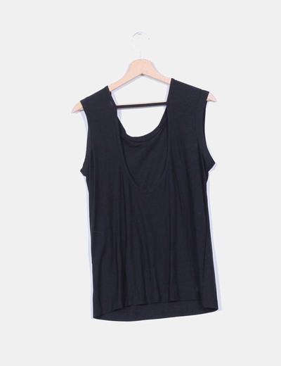 Camiseta negra con ecote trasero