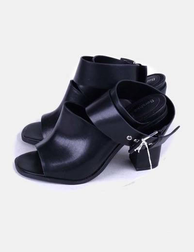 Sandalias tira ancha negra con hebilla Bershka