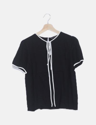 Blusa negra ribetes detallados