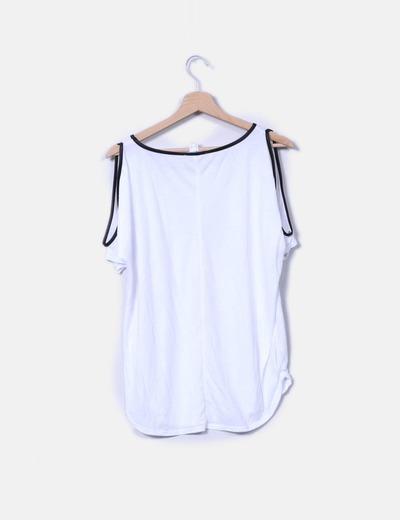 Camiseta con hombros descubiertos