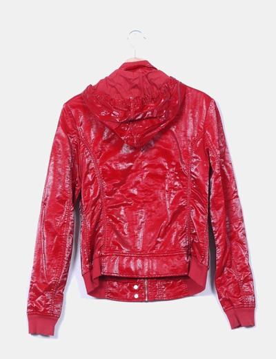 Chaqueta roja tela brillante efecto chubasquero